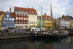 Nabrzeża i kanału Nyhavn Listopad chmurny dzień copenhagen Zdjęcie Royalty Free