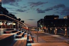Nabrzeże goście restauracji przy nocą Obraz Stock