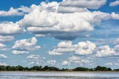 Nabrzeże z, niebieskie niebo z dużymi chmurami i, Da Obraz Stock