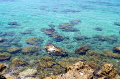 Nabrzeżna denna błękitne wody i kamienie Tekstura, tło dla miejsca, sztandar, tekst, etykietka Obrazy Royalty Free