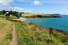 Nabrzeżna droga przemian prowadzi Porthcurnick plaża Cornwall Zdjęcia Royalty Free