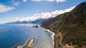Nabrzeżna droga z stromym wybrzeżem i pięknym błękitnym oceanu niebem, madera, Portugalia Fotografia Royalty Free