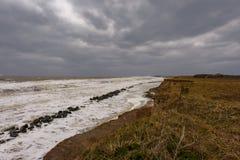 Nabrzeżna erozja bierze miejsce podczas zimy burzy Wiele domy ostatnio gubili w ten społeczności należnej denny łasowania awa fotografia royalty free