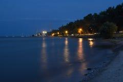 Nabrzeżna miasto esplanada przy nocą Obrazy Royalty Free