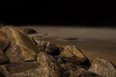 Nabrzeżne ocean skały z nocnym niebem Obrazy Royalty Free