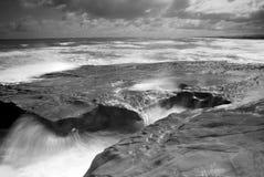 Nabrzeżne skały i fala Obrazy Stock