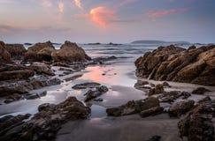 Nabrzeżne skały i odbicia w jutrzenkowych godzinach zdjęcia stock