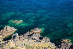 Nabrzeżne skały w morzu śródziemnomorskim, Corsica Obraz Stock