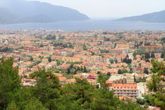 Nabrzeżny krajobraz morze śródziemnomorskie z czerwonymi skalistymi formacjami i sosną zdjęcia royalty free