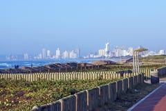 Nabrzeżny krajobraz Przeciw Błękitnej Durban miasta linii horyzontu Obraz Stock
