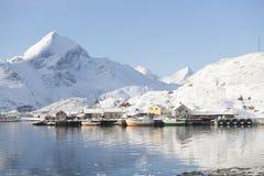 Nabrzeżny krajobraz Sund w Flakstadoya Loftofen Norwegia i wioska rybacka Fotografia Royalty Free