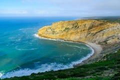 Nabrzeżny krajobraz w Cabo przylądku Espichel fotografia royalty free