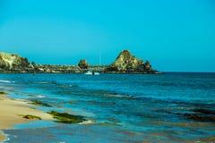 Nabrzeżny krajobraz z błękitnym morzem zdjęcia stock