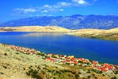 Nabrzeżny krajobraz z Błękitnymi górami Zdjęcia Stock