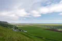 Nabrzeżny krajobraz z gospodarstwami rolnymi w Południowym Iceland fotografia stock
