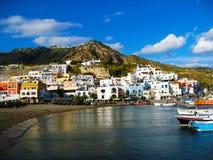 Nabrzeżny krajobraz z marina Casamicciola Terme, Ischia wyspy, Włochy Zdjęcia Royalty Free