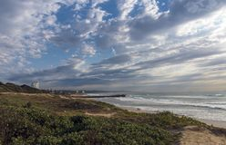 Nabrzeżny Krajobrazowy Wydmowy roślinności plaży morze Przeciw Chmurnemu niebu Zdjęcie Royalty Free