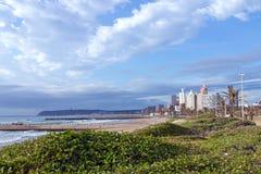 Nabrzeżny Krajobrazowy Wydmowy roślinności plaży morze Przeciw miastu Skylin Zdjęcie Royalty Free