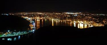 Nabrzeżny miasto przy nocą obraz royalty free