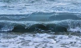 Nabrzeżny morze, ocean rozbija fala z pianą na swój wierzchołku/ Obraz Stock