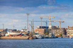 Nabrzeżny pejzaż miejski nowożytny Helsinki z żurawiami i statkami Obrazy Royalty Free