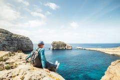 Nabrzeżny piechur relaksuje na skalistym nadmorski zdjęcia stock
