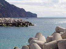 nabrze?ny widok Funchal madera z ?odziami ?egluje na zewn?trz schronienia z jaskrawymi b??kitnymi nas?onecznionymi falezami i nie zdjęcia royalty free