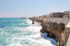Nabrzeżny widok Polignano klacz z szorstkim morzem obrazy royalty free