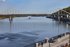 Nabrzeże i zwyczajny most na Zaporoskiej rzece Fotografia Stock