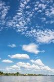 Nabrzeże na Danube rzece i niebieskie niebo z chmurami Zdjęcie Stock