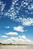 Nabrzeże na Danube rzece niebieskim niebie z chmurami i, polariz Zdjęcia Stock