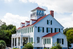 Nabrzeżny dom z Dormers i wdowa spacerem Zdjęcie Royalty Free