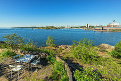 Nabrzeżny spoczynkowy miejsce z miasto zatoki widokiem Zdjęcia Stock