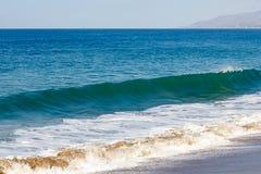 Nabrzmiałości torqpiose fala z pieniącym backwash na ocean rozległości horyzont, wzgórza, zdjęcie royalty free