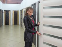 Nabywca wybiera drzwi w sklepie zdjęcie royalty free