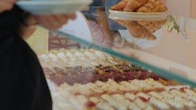 Nabywca wybiera yummy Młoda atrakcyjna dziewczyna, kobieta kupuje w sklep z kawą ciastach lub, torty, tort, macaroon A zbiory wideo