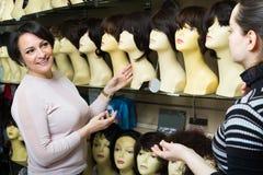 Nabywcy dyskutuje o włosy zdjęcia royalty free