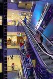 Nabywcy na eskalatorze w Moskwa centrum handlowym Zdjęcia Royalty Free