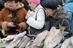 Nabywcy przy Dzielnicowym Rolniczym jarmarkiem w Saratov zdjęcie stock