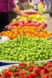 Nabywcy w jarzynowym i owocowym bazarze zdjęcia stock