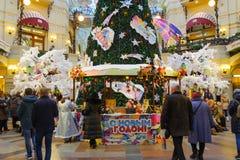 Nabywcy w nowego roku jarmarku w Moskwa Zdjęcia Royalty Free