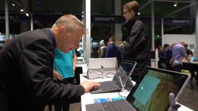 Nabywcy wybierają gadżety w elektronika sklepie zbiory