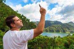 Nach beweglicher Verbindung in der wilden Natur im Urlaub suchen Perfekter Tag im Freien Stockbilder