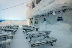 Nach Blizzard - altes Holzhaus bedeckte Schnee, Nacht, Winter Lizenzfreies Stockfoto