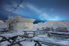 Nach Blizzard-Winter-Landschaft bedeckte kleines Holzhaus großes Stockbild