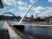 _ nach d Fluss Tyne, mit d Tyne Brücke hochragen über d Lieferung das sein ein Nachtklub Lizenzfreie Stockbilder
