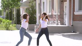 Nach dem Ablesen der Mitteilung Konzept von guten Nachrichten zwei Mädchen tanzen in die Straße stock footage