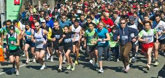 Nach dem Beginnen ihres Laufs Läufer bei einem Anfang zeigen gerade einige Sekunden stockbild