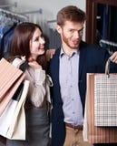 Hübsche Paare zeigen ihre Pakete mit Geschenken Lizenzfreie Stockfotografie