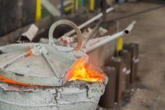 Nach dem Gießen des Metallschöpflöffels Stockbild